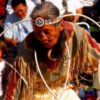 Indianie tańczą z hula hoop